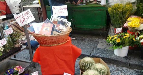 Fioraio regala libri a Napoli